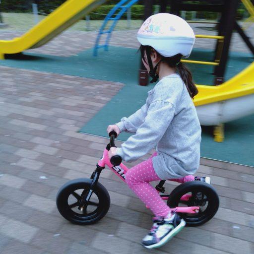 ストライダーを乗りこなす娘(5歳)