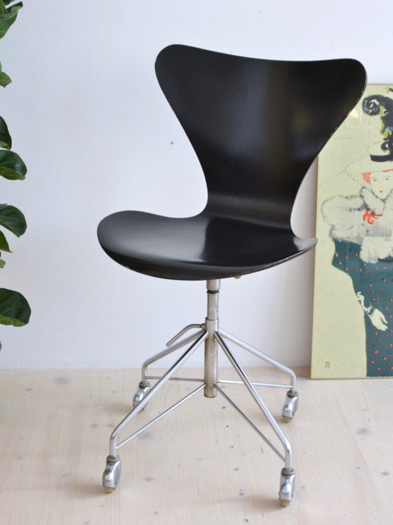 Arne Jacobsen Model 0364 Swivel Chair Black heyday möbel moebel Zürich Zurich Binz Altstetten Vintage Mid-Century Modern