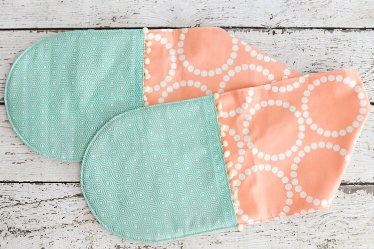 This easy-sew casserole pot holder has two connected hot pads, perfect for carrying your favorite casserole to a potluck! This is a great beginner project and makes a great gift!