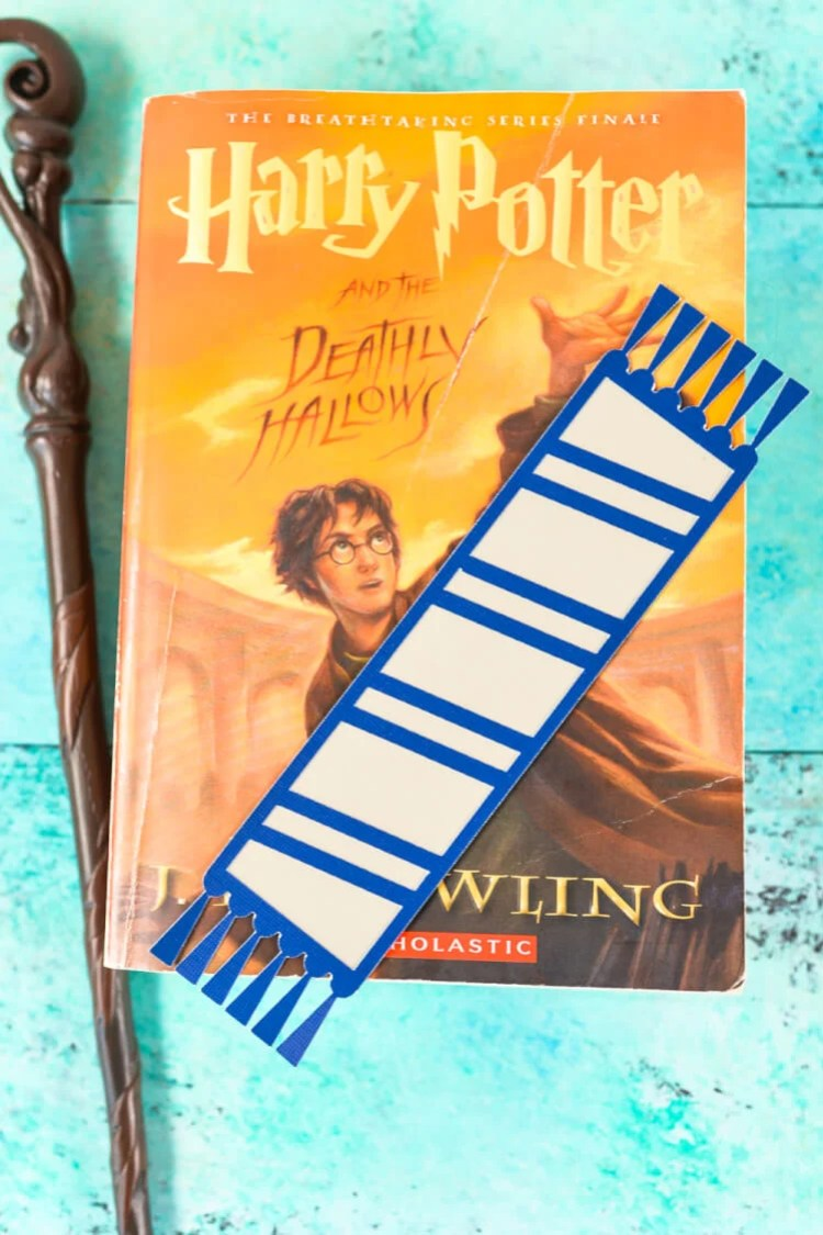Ravenclaw bookmark - Declare your Hogwarts House with these fun cut paper Hogwarts House bookmarks designed to look like Harry Potter and his friends' (and enemies'!) scarves! Free SVG download for the Cricut or Silhouette.