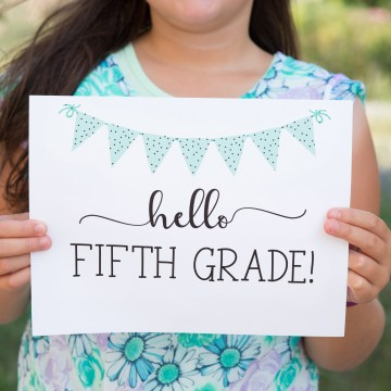 """Simple, classy and cute! These """"Hello"""" first day of school signs from sixcleversisters.com are perfect!"""