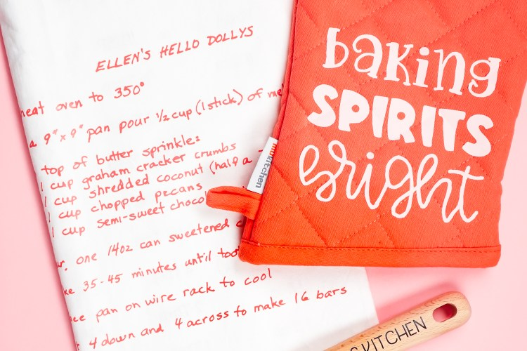 Want to make a personalized Christmas gift for your mom or other favorite baker? This DIY baking set includes a keepsake towel with a family recipe and customized baking spoon, both made with your Cricut and iron on vinyl!