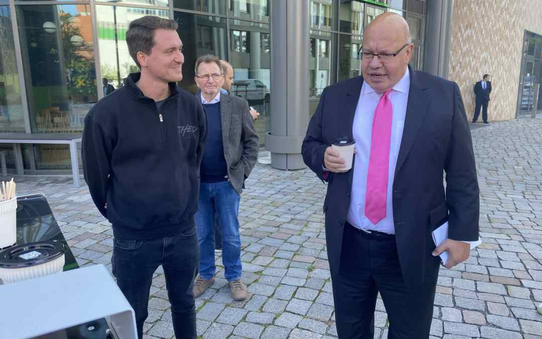 THEO greets Peter Altmaier with a hot coffee ☕️