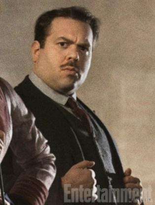 Dan Fogler será Jacob Kowalski, um operário trouxa (ou Non-Maj, termo americano para indicar aqueles que não possuem o dom da magia) que é exposto ao mundo mágico após conhecer Newt.
