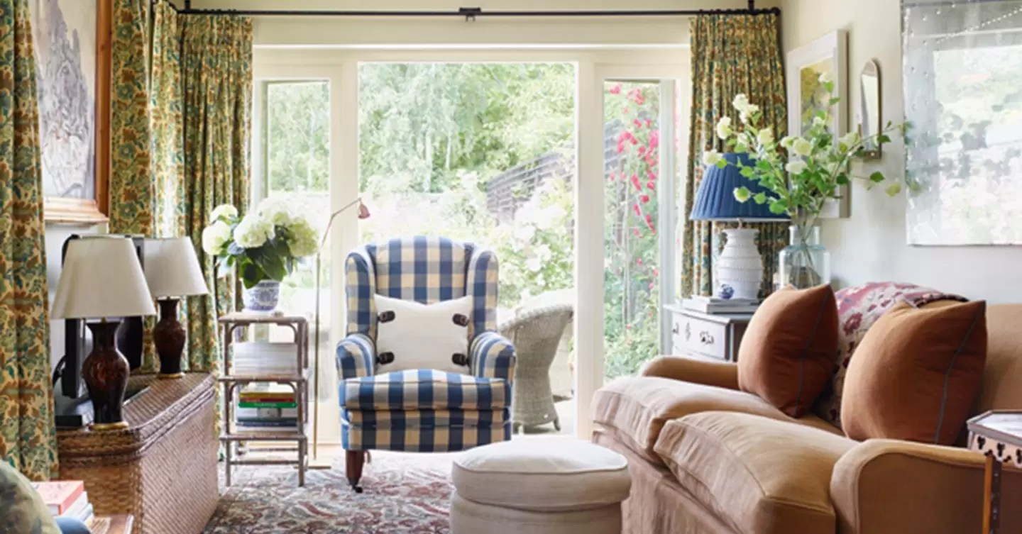 Small Cozy Cottage  Country Living Room Design Ideas