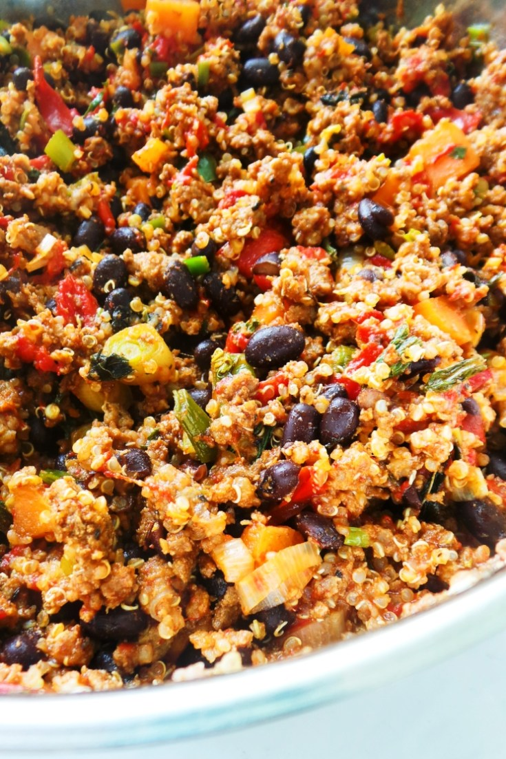 30 minute healthy ground beef dinner skillet! This easy recipe with ground beef, quinoa and beans is tasty, spicy and filling. It's also a great meal prep dinner recipe, you only need one pan to make everything!