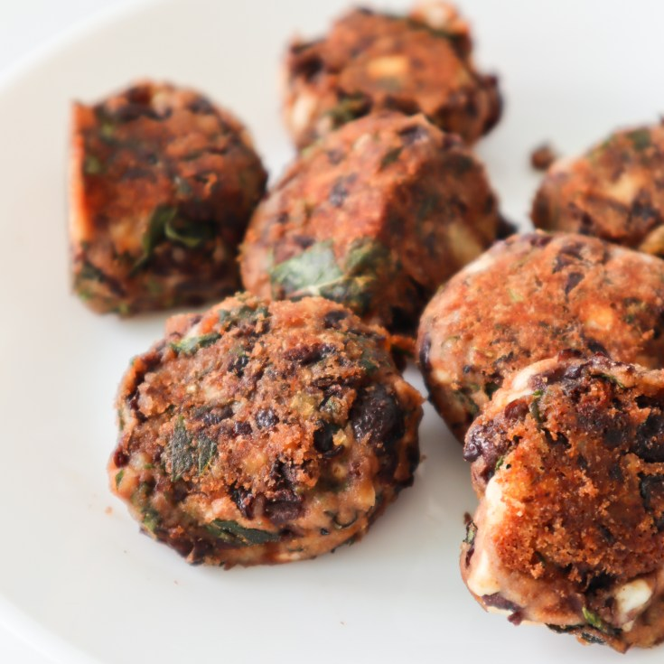 Try this delicious black bean meatballs recipe! It's an easy meatless dinner recipe that you can make ahead and store in the fridge or freeze. Serve with salad, avocado or yogurt-based sauces for a full meal.