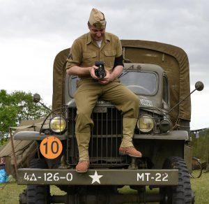 Photographie réciproque entre le correspondant Ouest France et ce GI équipé d'un appareil hors d'âge.