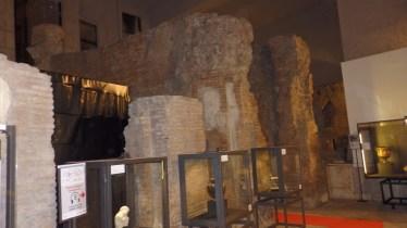 Muros bajo la plaza