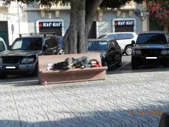 Menor durmiendo en la calle