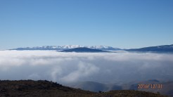 Nubes y montañas azules
