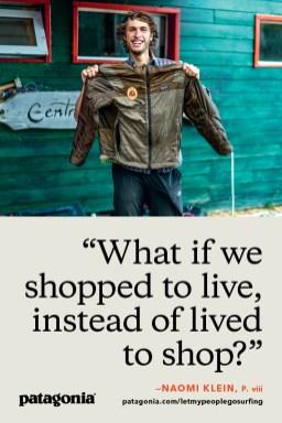 Martin Lopez Abad zeigt stolz seine reparierte Worn-Wear-Jacke in El-Chaltén, Patagonien. Foto: Mikey Schaefer