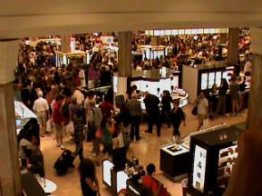 Multidão na Macy´s, uma das maiores lojas de departamento de Manhattan
