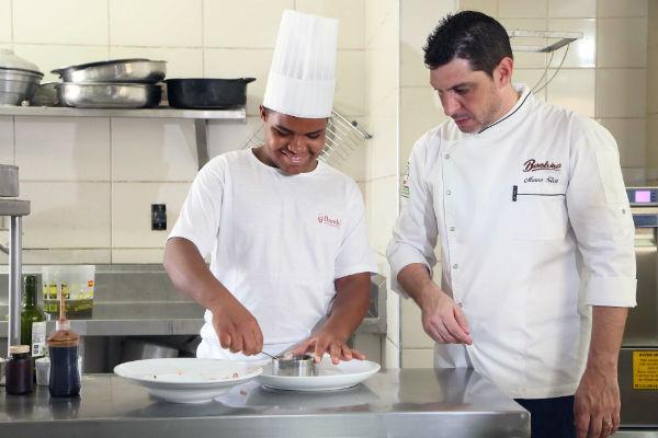 Edson recebe algumas dicas do chef Mauro, do restaurante Bambina