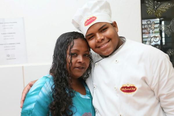 Edson da Silva ao lado da mãe (Foto: Ricardo Boni)