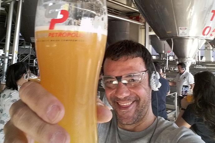 Marcelo Ferri brinda com cerveja maturada a visita à fábrica do Grupo Petrópolis em Boituva-SP