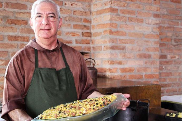 Frei Francisco mostra o Milho Tropeiro (Foto: Divulgação)