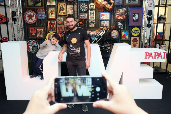 Paulo e Theo aproveitaram para fazer fotos no cenário do Dia dos Pais no Riopreto Shopping (Foto: Ricardo Boni)