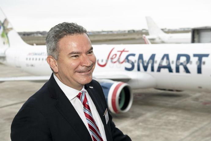 Estuardo Ortiz, CEO da JetSMART com o A320 da Airbus