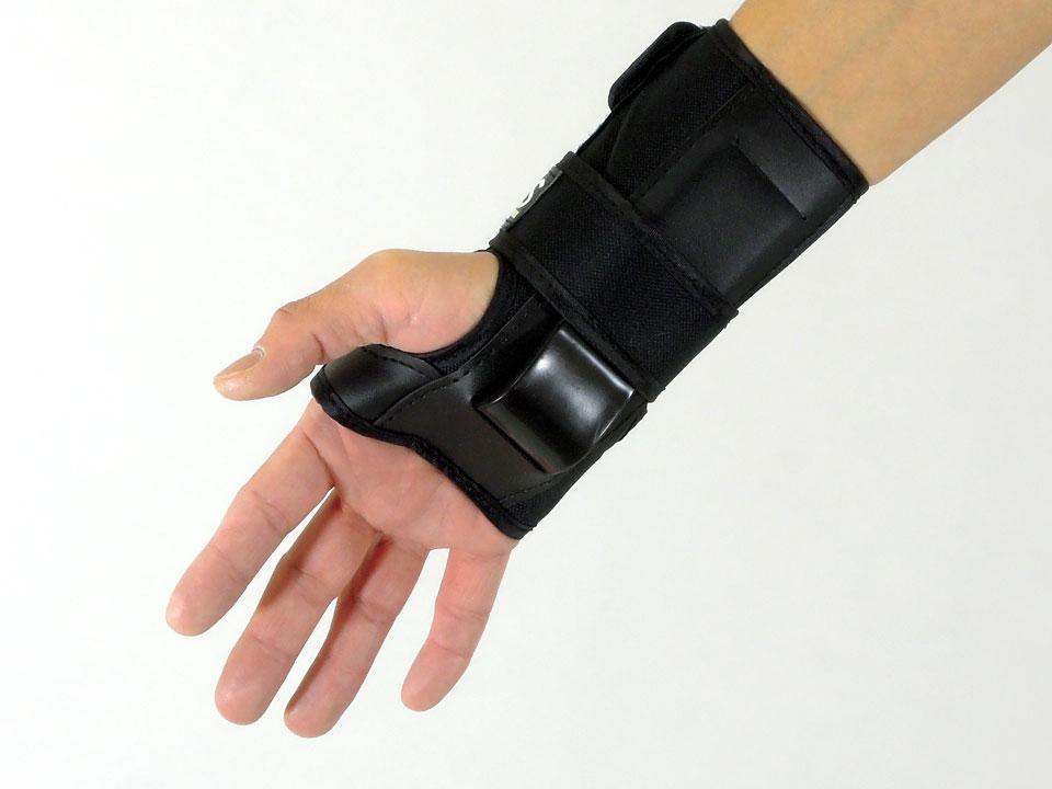 arms スケボー リストガード(手首保護)着用例2