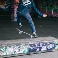 スケーターが叱られる=世界は平和