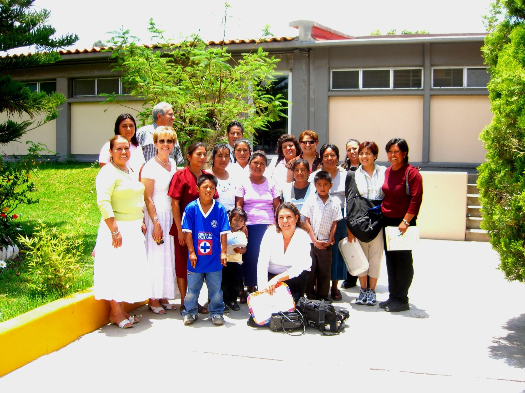 grupo en hospital Tlacolula Oaxaca 2006 062
