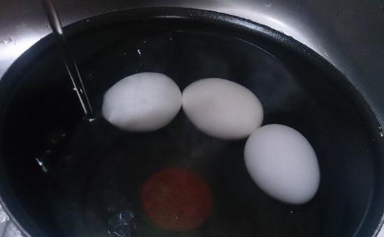 卵の殻を剥く裏技