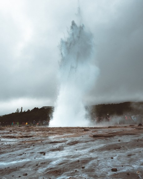 Strokkur at Geysir Erupting | Golden Circle: Platinum Tour | Hidden Iceland | Photo by Daniel Guindo Amezcua