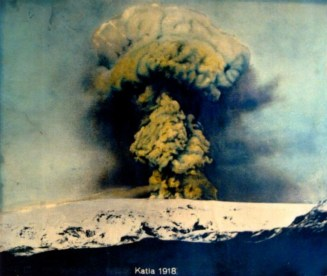 Katla Volcanic Eruption in 1918. By Peter Hartree. Wikimedia Commons.