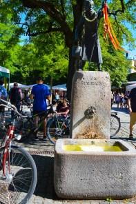 Brunnen und Fahrräder auf dem Viktualienmarkt