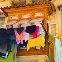 Hellbrauner Erker mit Wäsche in Valletta