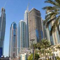 Dubai Marina mit strahlend blauem Himmel