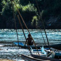 Junge in Boot am Nam Khan Fluss