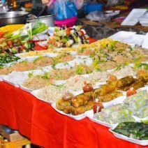 Nudeln und Wraps beim Nachtmarkt Luang Prabang