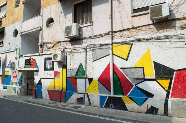 Bunte Hausfassade in Tirana