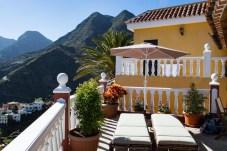 Terrasse mit Sonnenliegen in Hermigua