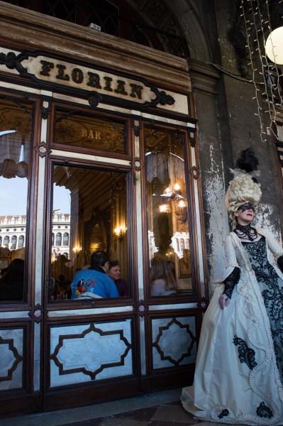 Café Florian mit kostümierter Frau im Karneval