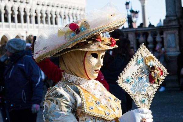Kostüm mit Spiegel im Karneval von Venedig