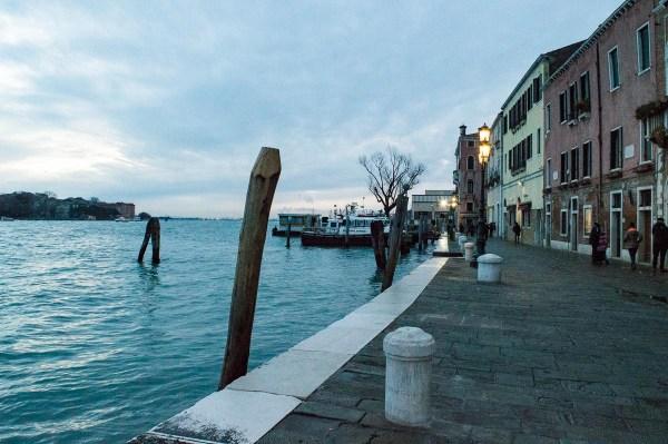 Schöne Stimmung in der Blue Hour in Venedig