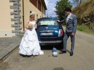 Heiraten in der Toskana: vor dem Auto