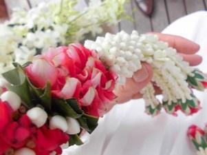 Blumenkette bei Hochzeit in Thailand