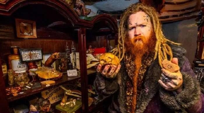 Британец продава в магазина си бебешки скелети, части от тела и човешка плът