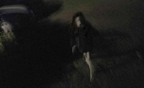 Мъж заснема близо до къщата си странно и плашещо момиче