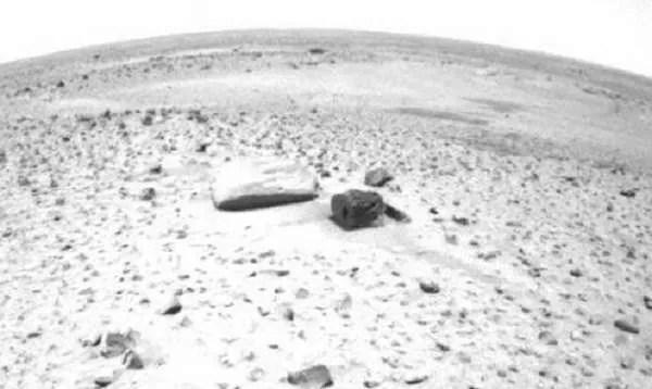 На снимката от Червената планета е открит странен камък с прецизен правоъгълен отвор