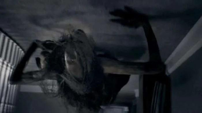 Момиче вижда жена, която пълзи по тавана и спи над нея