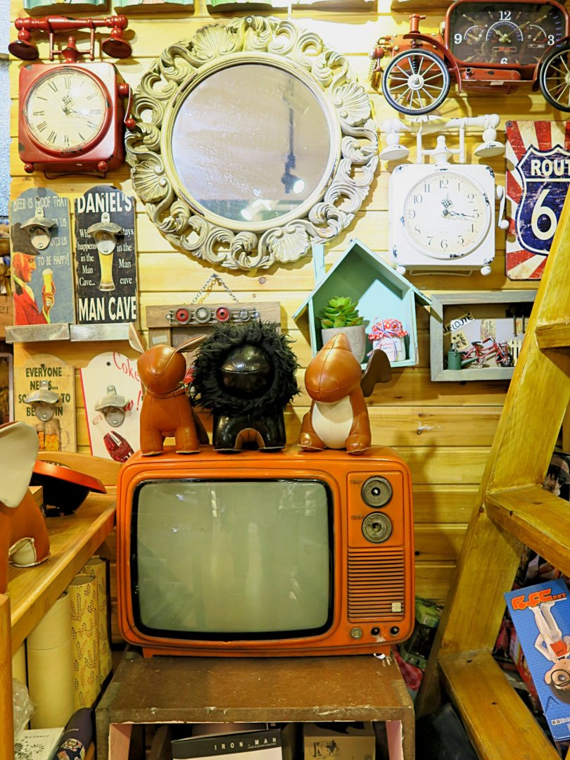 A vintage TV set with loads of nice stuff around it!
