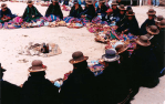 08 Las esposas de los Tenientes Gobernadores de las parcialidades de Tilali - pinu, traen sus kumanas (atados rituales) donde se encuentran envueltas en una istalla (manta) la diversidad de papas, ocas, quinuas, maíces.