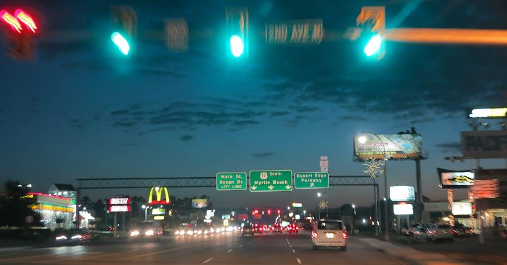 Us-amerikanischer Highway mit Schildern Myrtle Beach