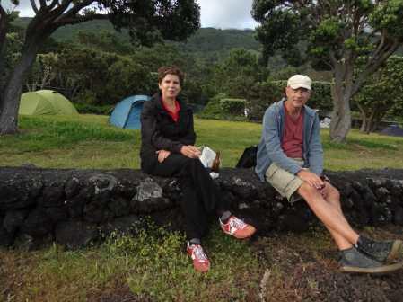 Frau und Mann vor Zelten