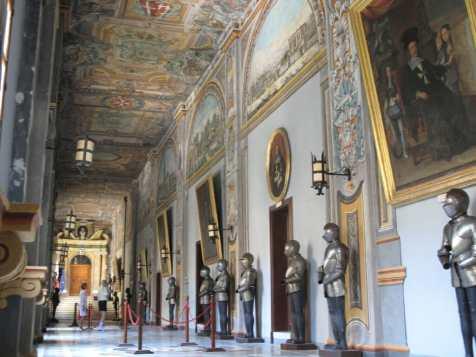Korridor mit Rüstungen und Waffen